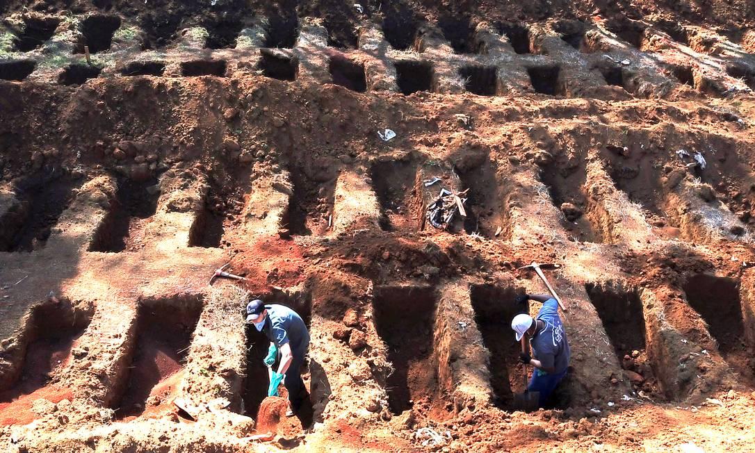Abertura de novas covas para vítimas de coronavírus no Cemitério de Vila Formosa, em São Paulo Foto: AMANDA PEROBELLI/Reuters/6-8-2020