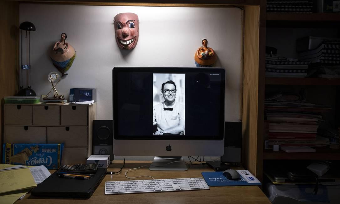 A foto de Hebert Axel Gonzalez, diretor de teatro que morreu de COVID-19 em abril, é vista em uma tela de computador na casa de seu parceiro, em Tijuana, Estado de Baixa Califórnia, México Foto: GUILLERMO ARIAS / AFP