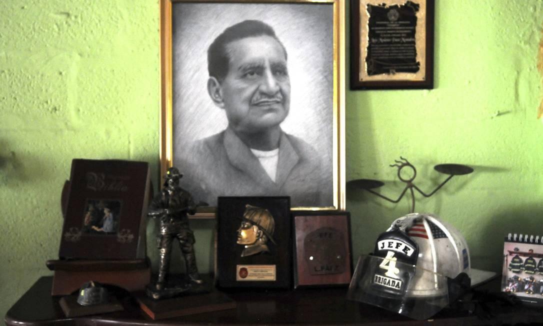 Retrato do falecido prefeito do Corpo de Bombeiros e Chefe da Quarta Brigada Luis Modesto Paez Montalvo, que morreu de COVID-19 em 23 de abril, é visto em Guayaquil, Equador Foto: JOSE SANCHEZ LINDAO / AFP
