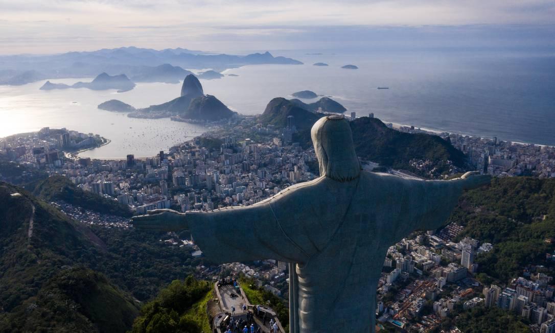 Cristo Redentor de braços abertos sobre a Baía de Guanabara, um cartão-postal do Rio Foto: Brenno Carvalho / Agência O Globo