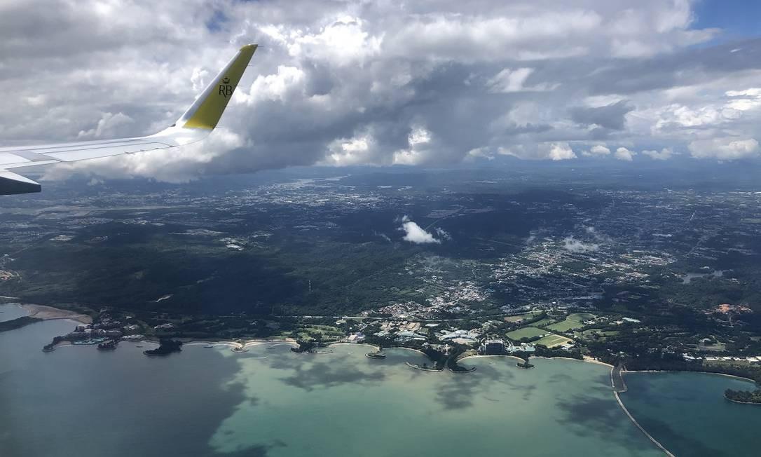 Imagem de um voo da Royal Brunei Airlines sobre o sultanato de Brunei: viagens que decolam e pousam no mesmo lugar têm feito sucesso entre passageiros saudosos Foto: Royal Brunei Airlines / Via The New York Times