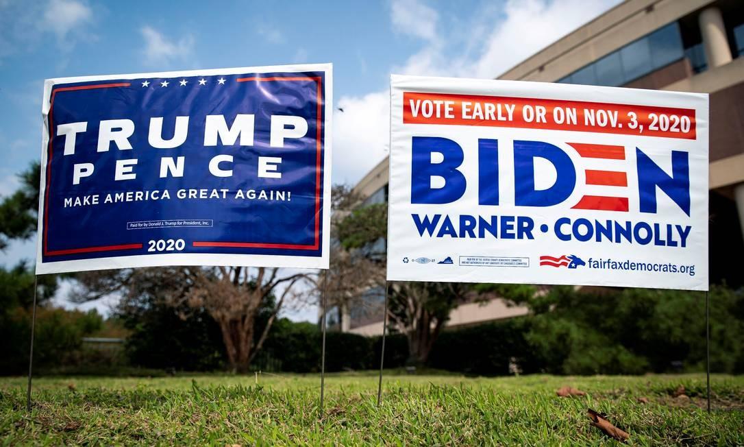 Placas da campanha dos candidatos à Presidencia dos EUA, Donald Trump e Joe Biden, lado a lado Foto: ALEXANDER DRAGO / REUTERS