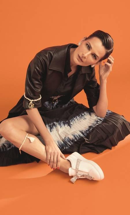 Jaqueta, vestido, bracelete e colar, tudo Christian Dior, brincos Chanel e tênis Alexandre Birman Foto: Thais Vandanezi