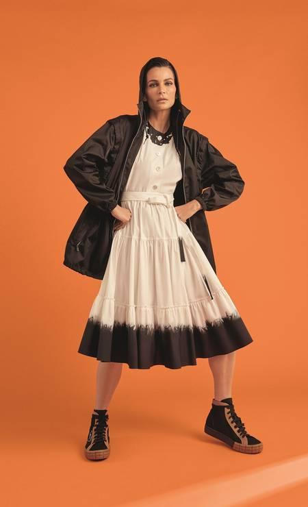 Jaqueta, vestido e tênis, todos Prada Foto: Thais Vandanezi
