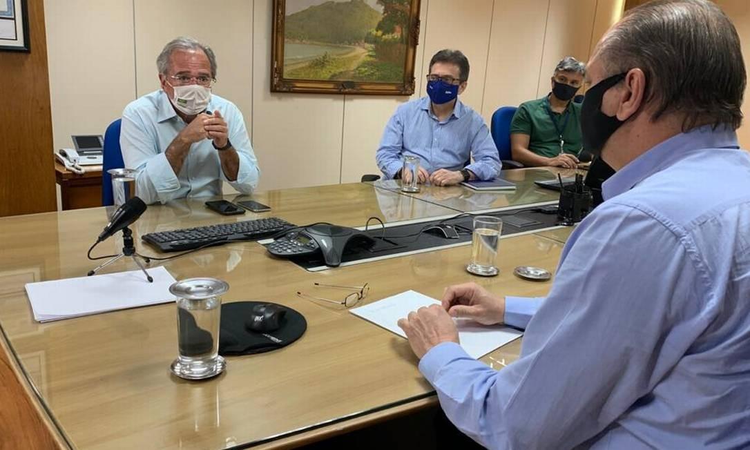 Paulo Guedes (à esquerda) discute reforma tributária com Ricardo Barros (de costas) Foto: Paulo Cappelli / Agência O Globo