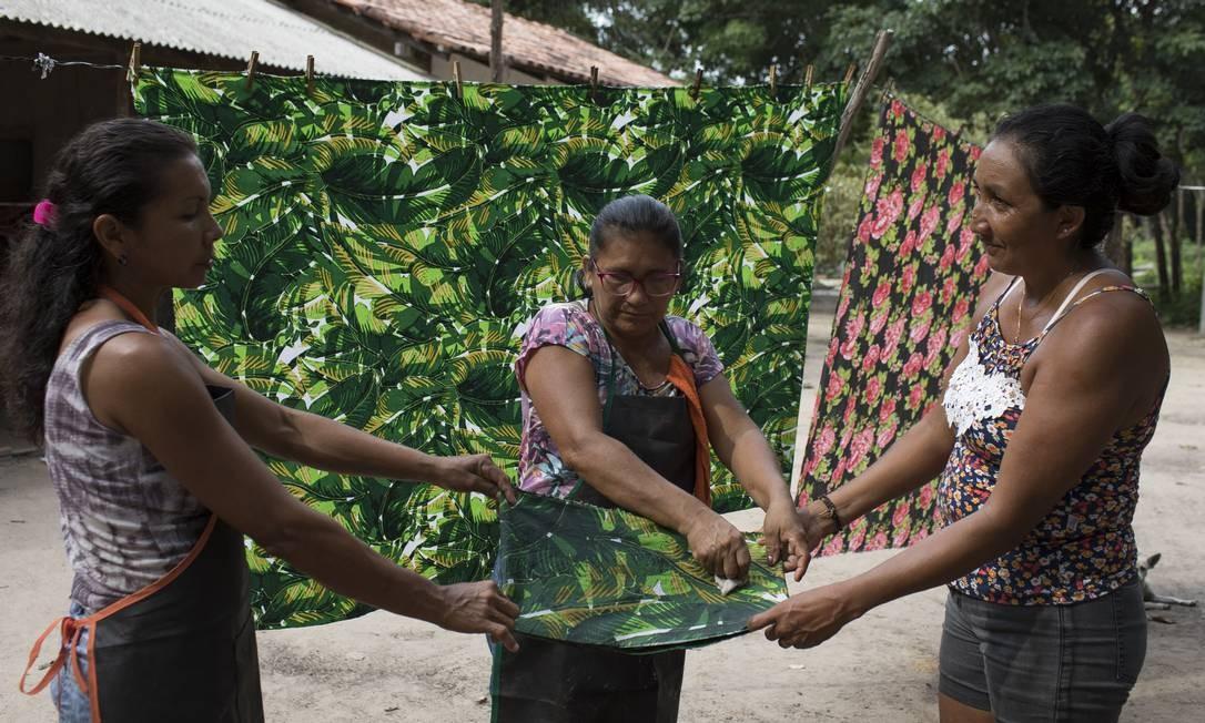Mulheres da cooperativa Seringô produzem e vendem descansos de mesa e biojóias em borracha para complementar a renda Foto: Bruno Kelly / Divulgação