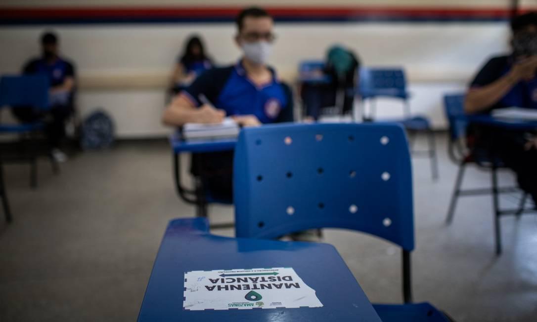 Uso de máscaras é obrigatório em unidades públicas de Manaus, como a Escola Estadual Professora Jacimar da Silva Gama Foto: Raphael Alves / Agência O Globo