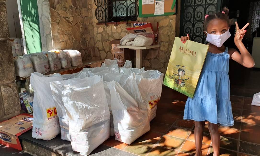 Livros foram incluídos em cestas básicas doadas pela ONG Solar Meninos da Luz Foto: Divulgação