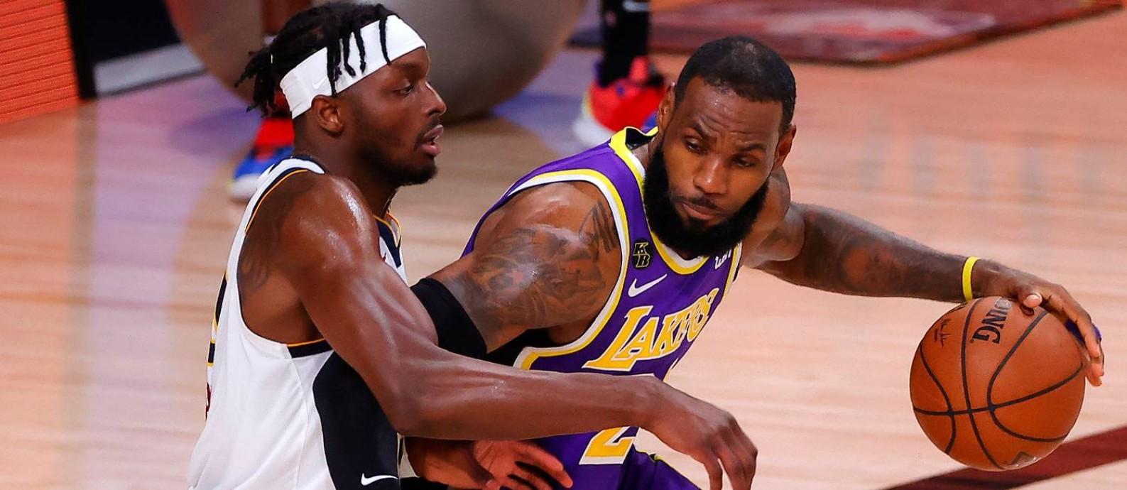 LeBron James, marcado por Jerami Grant, liderou o Los Angeles Lakers na classificação sobre o Denver Nuggets Foto: KEVIN C. COX / AFP