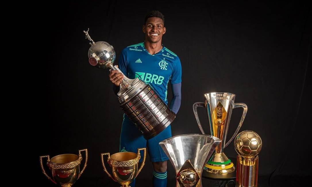 Hugo, goleiro do Flamego, com as taças de 2019 e 2020 Foto: Alexandre Vidal/Flamengi