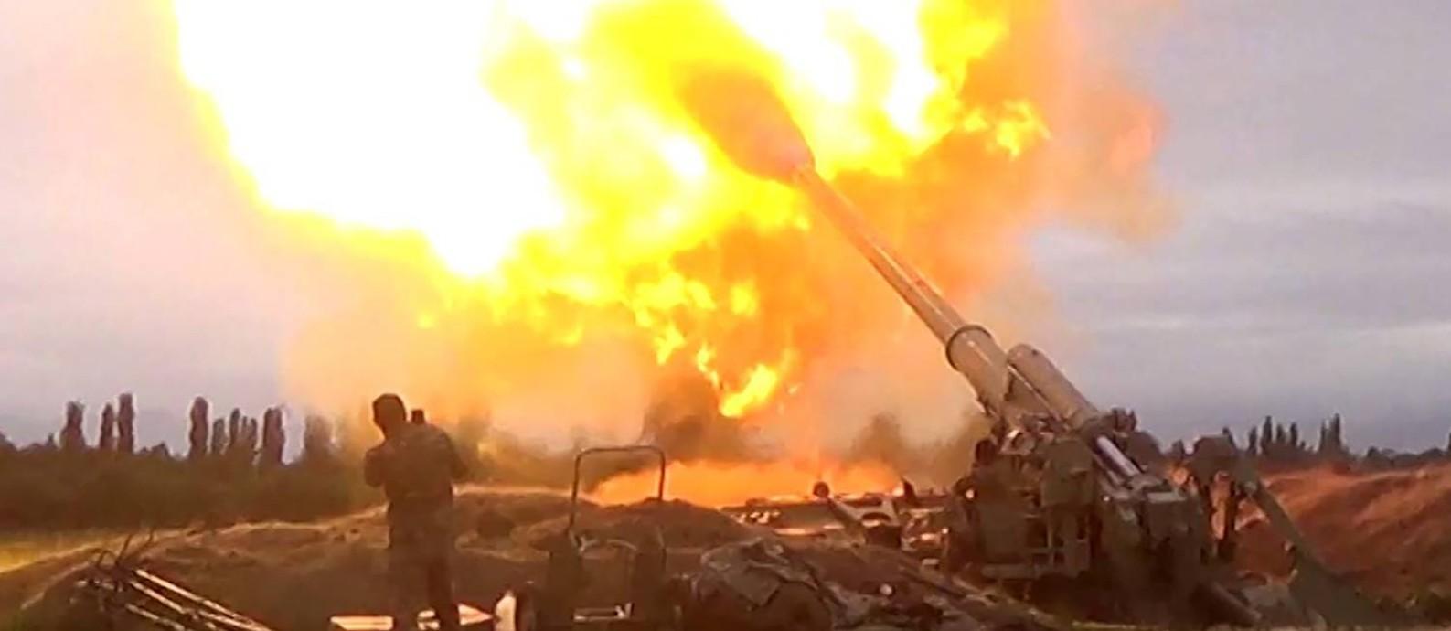 Ataque de artilharia azerbaijã contra as posições dos separatistas armênios na região de Nagorno Karabakh Foto: HANDOUT / AFP/28-09-2020