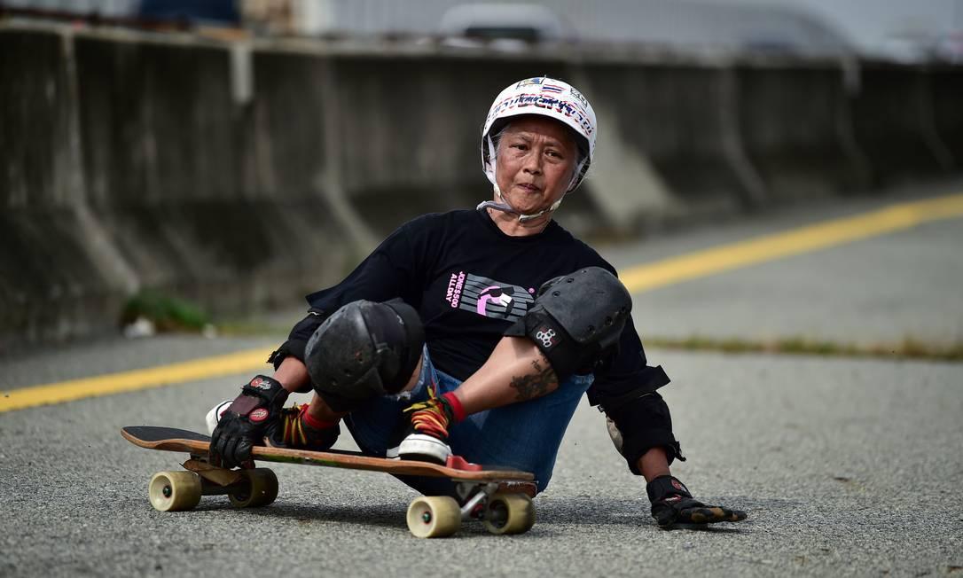 M?e de dois filhos, Jeab diz ter-se tornado 'viciada' no esporte normalmente dominado por adolescentes Foto: LILLIAN SUWANRUMPHA / AFP