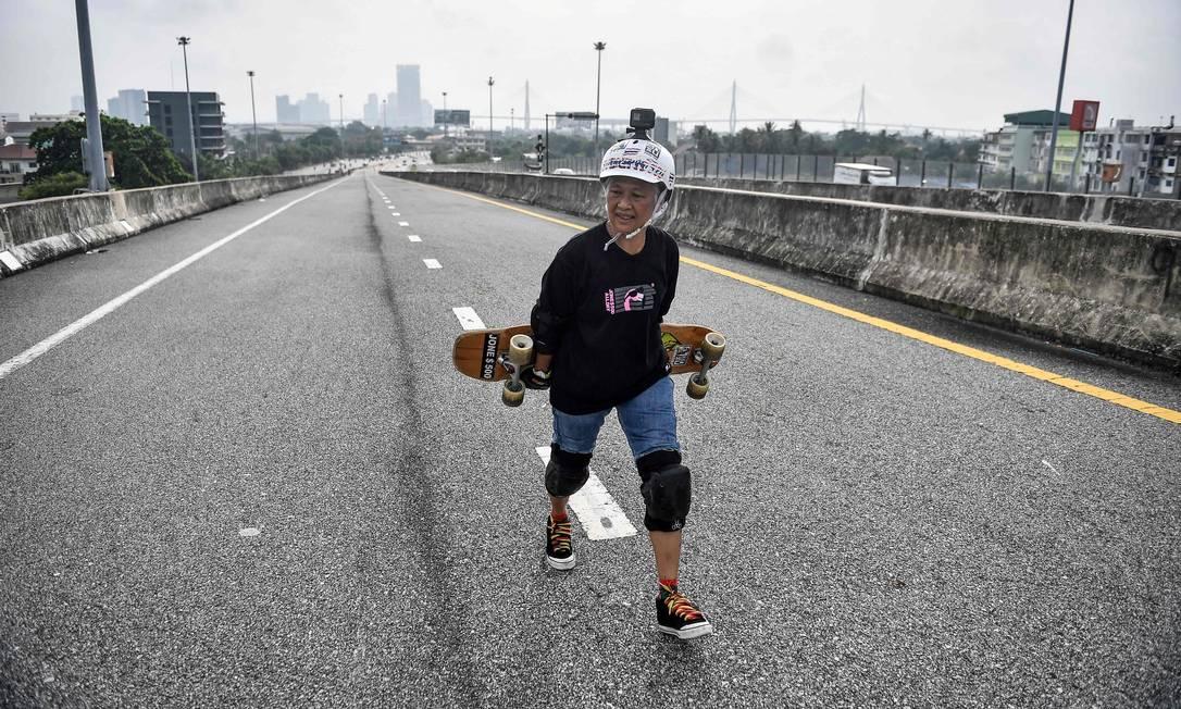 """Chairuettichai conta que o skate ajudou ela na recupera??o: """"Quando você anda de skate todos os dias, você sente seu corpo mais forte e saudável"""", disse à AFP Foto: LILLIAN SUWANRUMPHA / AFP"""