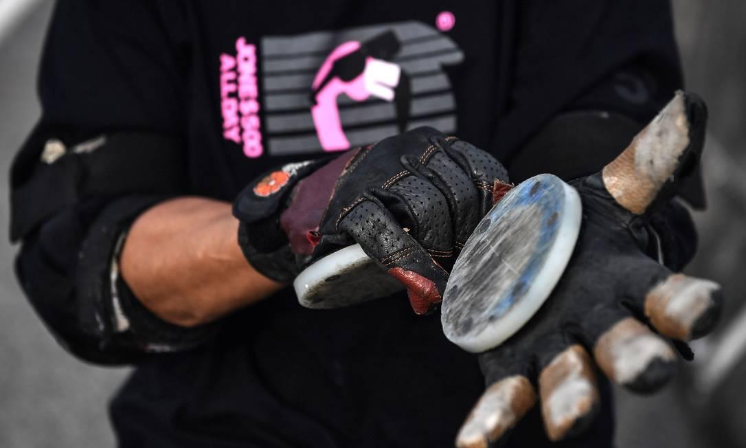Jeab veste luvas com prote??o para deslizar no ch?o durante manobras Foto: LILLIAN SUWANRUMPHA / AFP