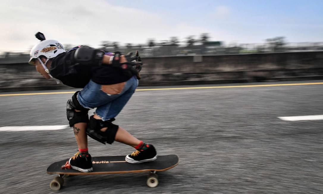 Nongluck, que enfrentou quimioterapia e cirurgias, viu no skate uma maneira de se recuperar da debildade causada peo tratamento contra o cancer de mama Foto: LILLIAN SUWANRUMPHA / AFP