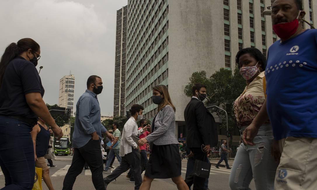 População circula, de máscara, no Centro do Rio de Janeiro Foto: Márcia Foletto / Agência O Globo