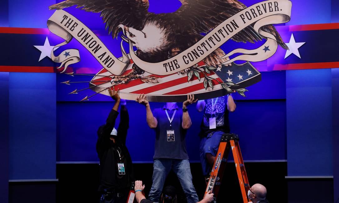Produtores trabalham na montagem do cenário do debate entre Donald Trump e Joe Biden em Cleveland Foto: BRIAN SNYDER / REUTERS
