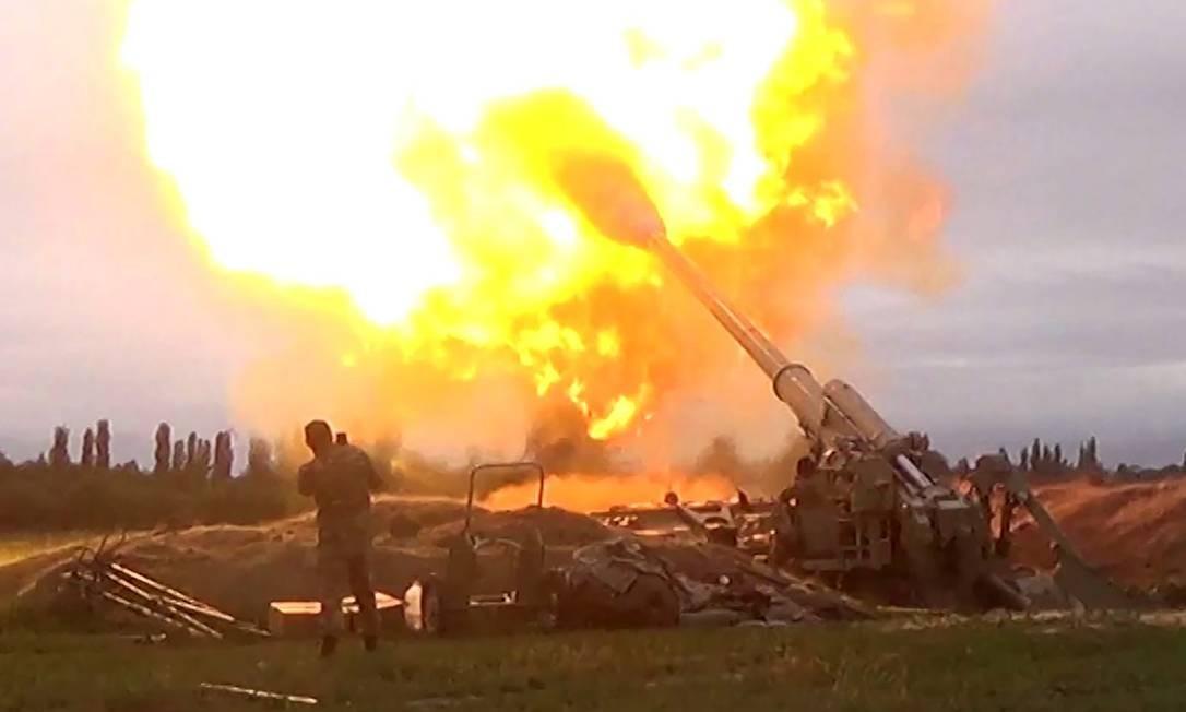Unidade de artilharia do Azerbaijão dispara contra forças separatistas armênias na região de Nagorno-Karabakh Foto: HANDOUT / AFP