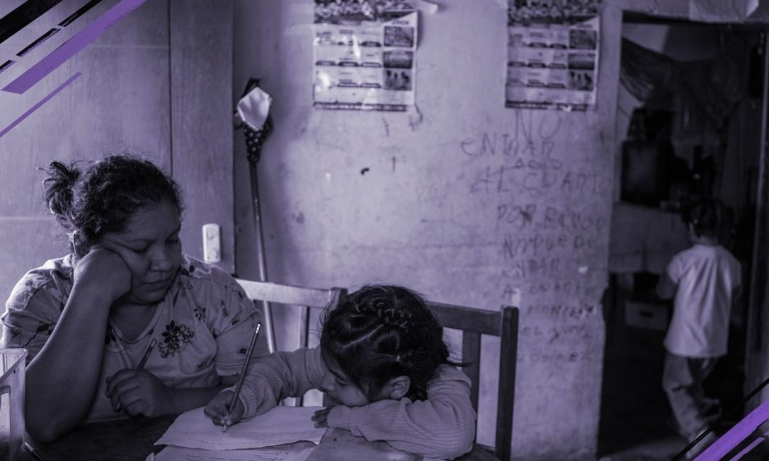 """Miriam Flores estuda com as crianças em uma """"creche"""" que montou para mães solo que não têm com quem deixar os filhos depois que a pandemia obrigou escolas e creches de Lima, Peru, a fechar. Os avanços na igualdade de gênero no mercado de trabalho podem ser outra consequência do coronavírus, com os empregos das mulheres em risco maior Foto: Marco Garro/The New York Times"""