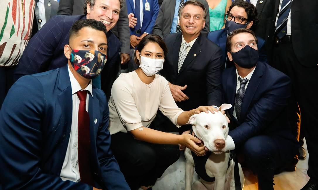 Bolsonaro e Michelle posam com o cão Sansão, que inspirou nome da lei Foto: Carolina Antunes / PR