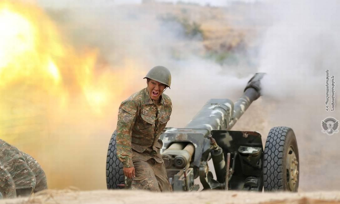Soldado de Nagorno-Karabakh dispara contra posições do Azerbaijão Foto: ARMENIAN MINISTRY OF DEFENCE / via REUTERS