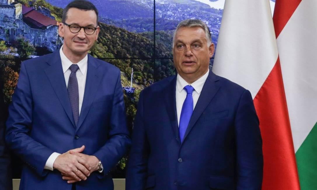 Premier da Polônia, Mateusz Morawiecki, ao lado do premier húngaro, Viktor Orbán, durante reunião em Bruxelas Foto: ARIS OIKONOMOU / AFP / 24-9-2020