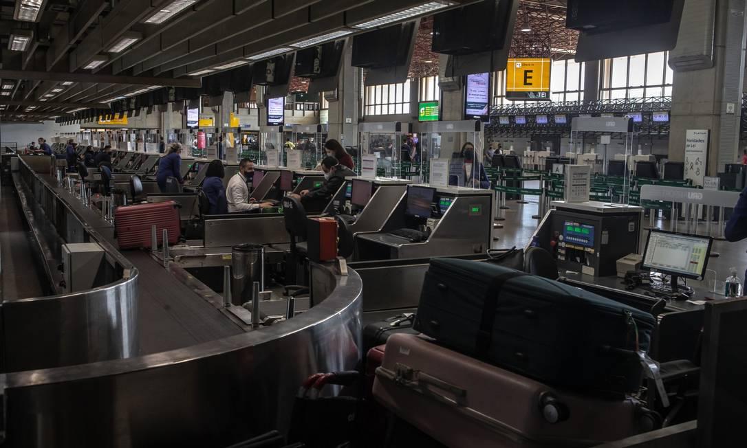 Foto de arquivo mostra o aeroporto de Guarulhos praticamente vazio em julho deste ano Foto: Jonne Roriz / Bloomberg