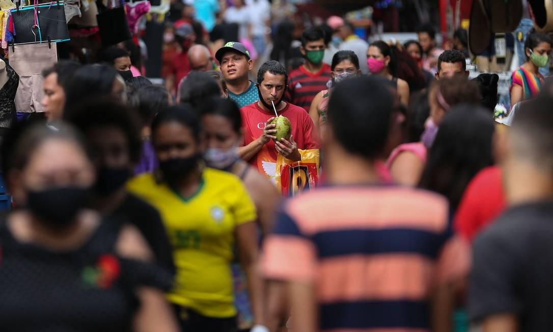 Pedestres lotam rua em Manaus, cidade em que até 66% da população já foi exposta ao coronavírus, segundo pesquisa da USP e da Universidade de Oxford Foto: MICHAEL DANTAS/AFP