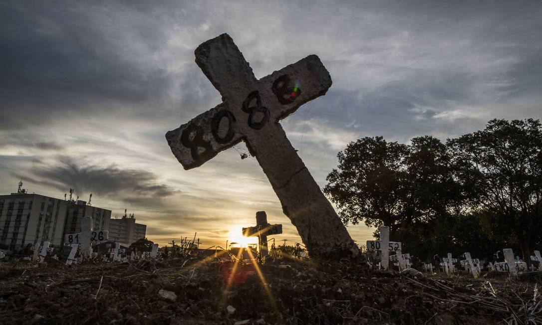 Covas no Cemitério do Caju, na Zona Portuária do Rio Foto: Guito Moreto / Agência O Globo