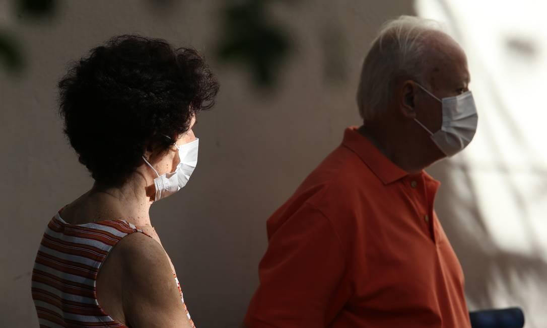 Idosos usando máscaras de protação contra o novo coronavírus Foto: Pedro Teixeira / Agência O Globo