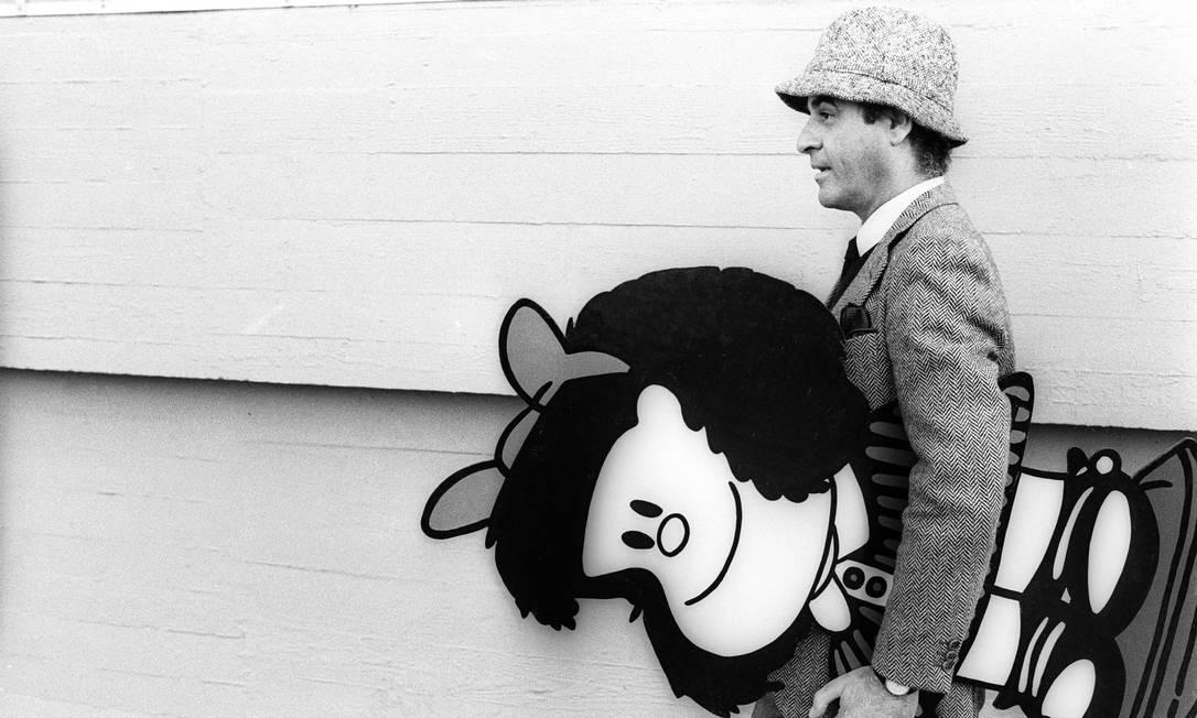 Quino, em 1984, carregando a Mafalda, sua mais famosa personagem Foto: Marcello Mencarini/Leema/1984