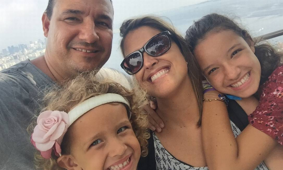 Os jornalistas Caio Lima e Andrea criaram canal para entender adolescência e lidar melhor com as duas filhas Foto: Acervo pessoal