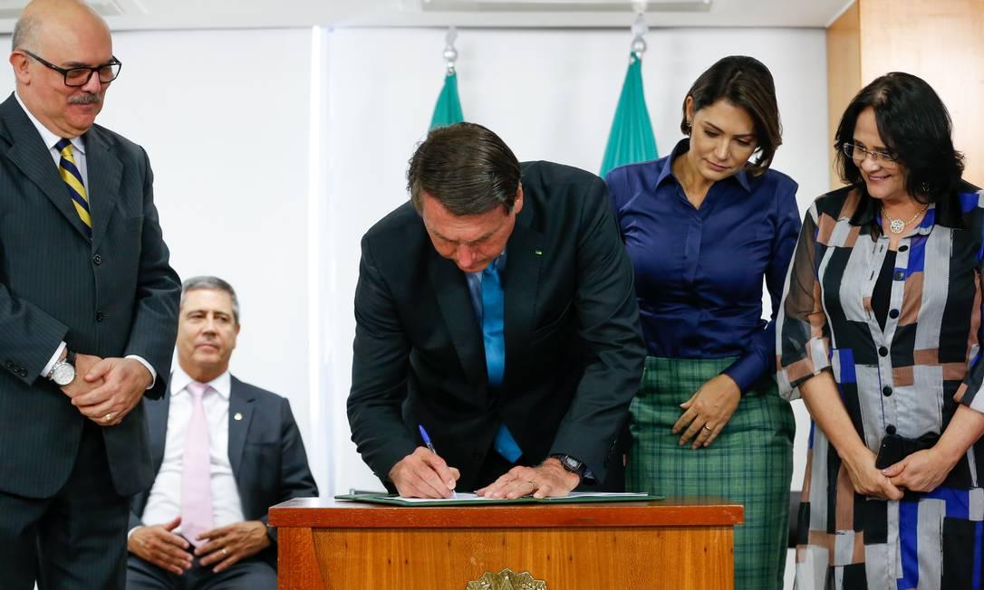 O presidente Jair Bolsonaro assina decreto que institui a Política Nacional de Educação Especial Foto: Carolina Antunes/PR