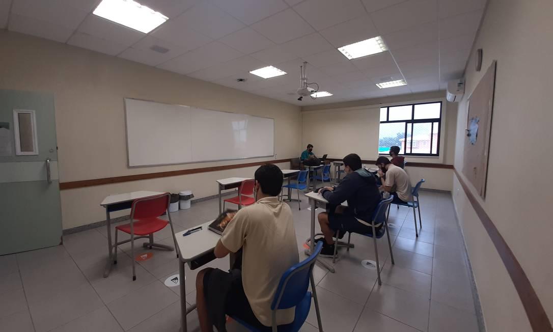 Alunos de ensino médio da rede particular assistem aula no único dia de retorno, que foi suspenso Foto: Divulgação/GayLussac