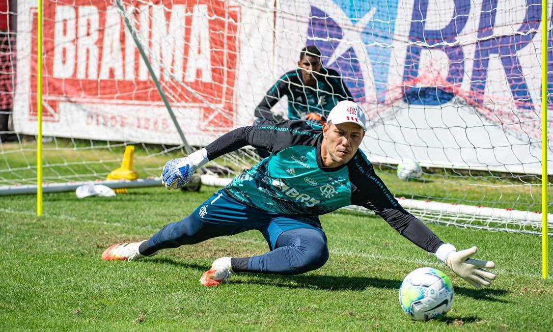 Diego Alves treina observado por Hugo Souza Foto: Flamengo