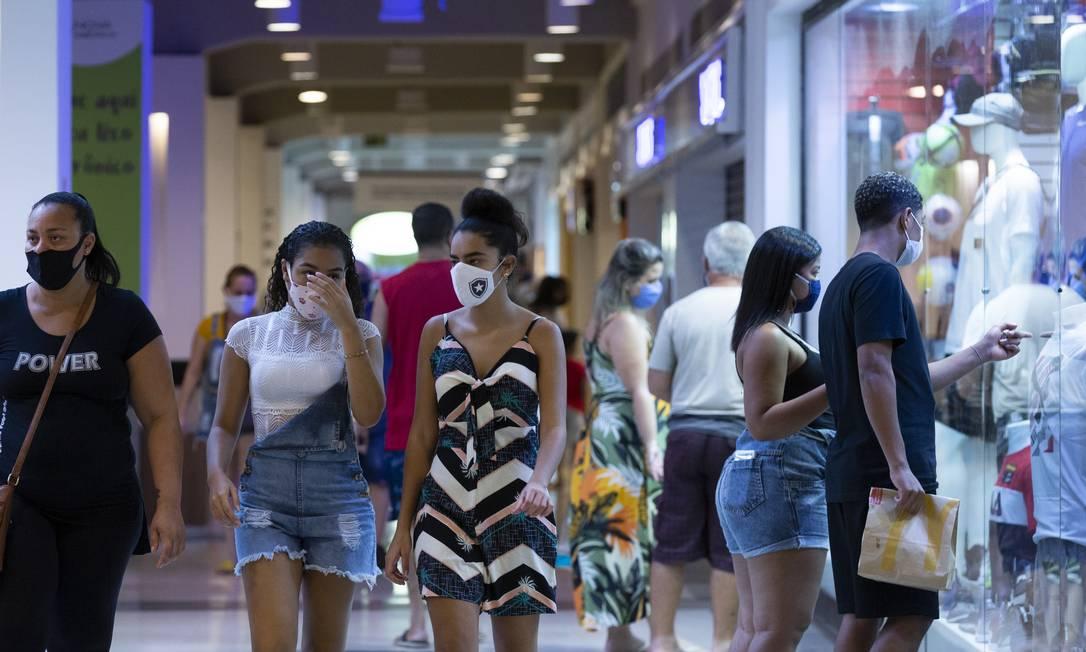 Consumidores andam em shopping reaberto na Zona Norte do Rio: cidade apressou retorno das atividades comerciais e tem uma situação estável no enfrentamento à pandemia, mas número de casos e óbitos ainda é alto Foto: Leo Martins/11-6-2020