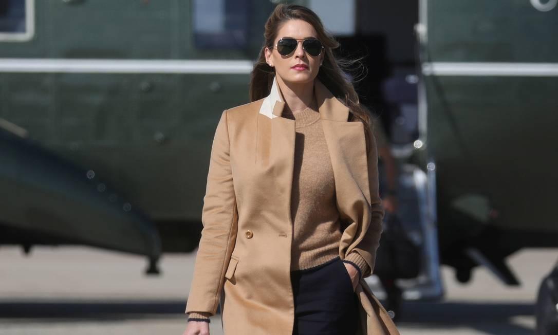 Hope Hicks, assessora mais próxima de Trump a ter contraído a Covid-19, caminha em diração ao avião presidencial antes de seguir com o presidente em viagem de campanha para Minnesota Foto: LEAH MILLIS / REUTERS