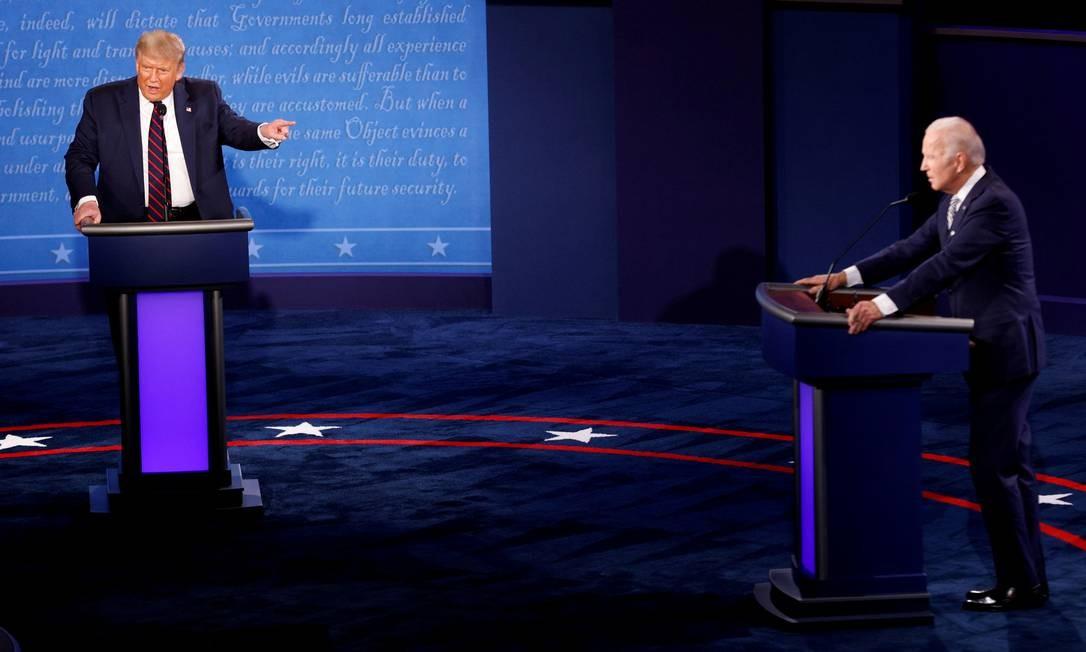 Trump e o candidato democrata à presidência, Joe Biden, no primeiro debate presidencial, em Ohio. No debate, Trump ironizou o rival por usar uma máscara que, segundo ele, é muito grande Foto: BRIAN SNYDER / REUTERS