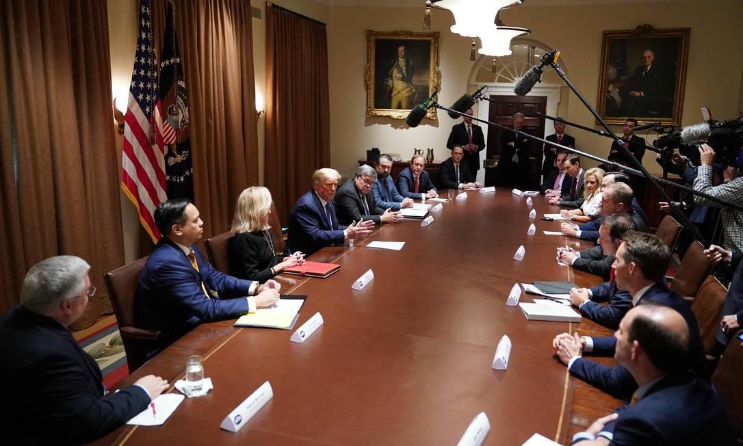 Trump fala durante uma reunião com procuradores-gerais do estado na Casa Branca, em 23 de setembro. Nenhum dos participantes usava máscara Foto: MANDEL NGAN / AFP