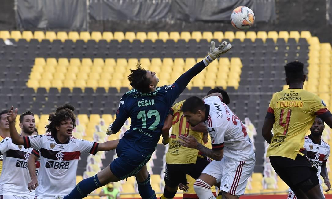 O goleiro do Flamengo, César, pula para limpar uma bola durante a partida da fase de grupos da Libertadores contra o Barcelona do Equador, no Monumental, em Guayaquil, Equador Foto: RODRIGO BUENDIA / AFP