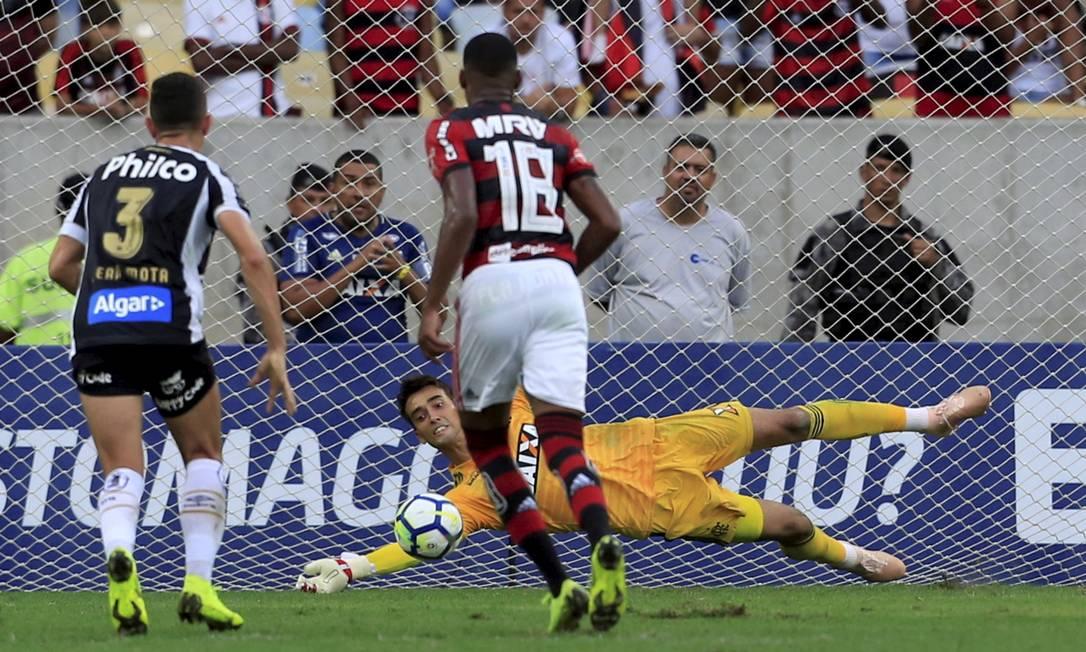 César defende pênalti cobrado por Gabigol (ainda no Santos) na 34ª rodada do Brasileiro, em 2018. Herói da partida Foto: Marcelo Theobald / Agência O Globo