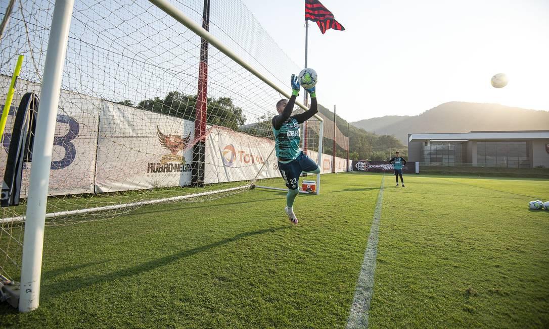 Gabriel Batista, terceiro goleiro, durante atividade no Ninho do Urubu Foto: Alexandre Vidal / Flamengo