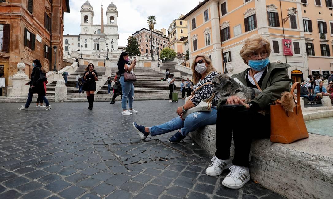 Mulheres de máscara na Praça da Espanha, em Roma: ação do Estado e da UE na pandemia alterou balanço das forças políticas na Europa Foto: GUGLIELMO MANGIAPANE / REUTERS