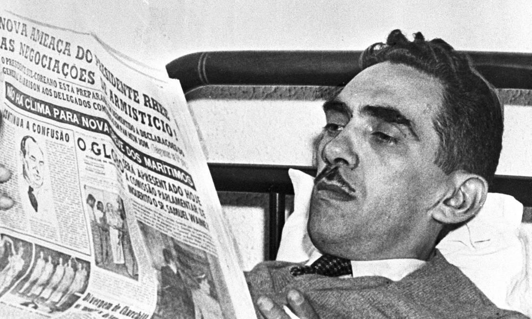 """O jornalista Samuel Wainer, fundador do """"Última Hora"""", lendo O GLOBO em 1953 Foto: José Santos / Agência O GLOBO"""