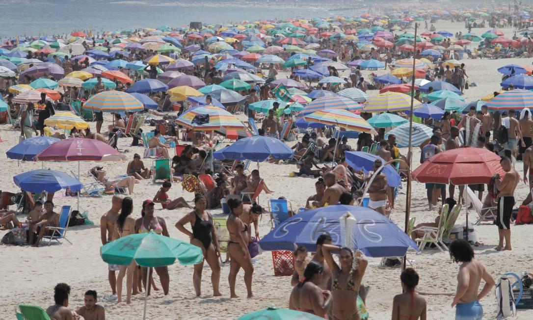 Praia de Ipanema ficou lotada no dia mais quente do ano Foto: Luiz Gomes / Fotoarena/Agência O Globo