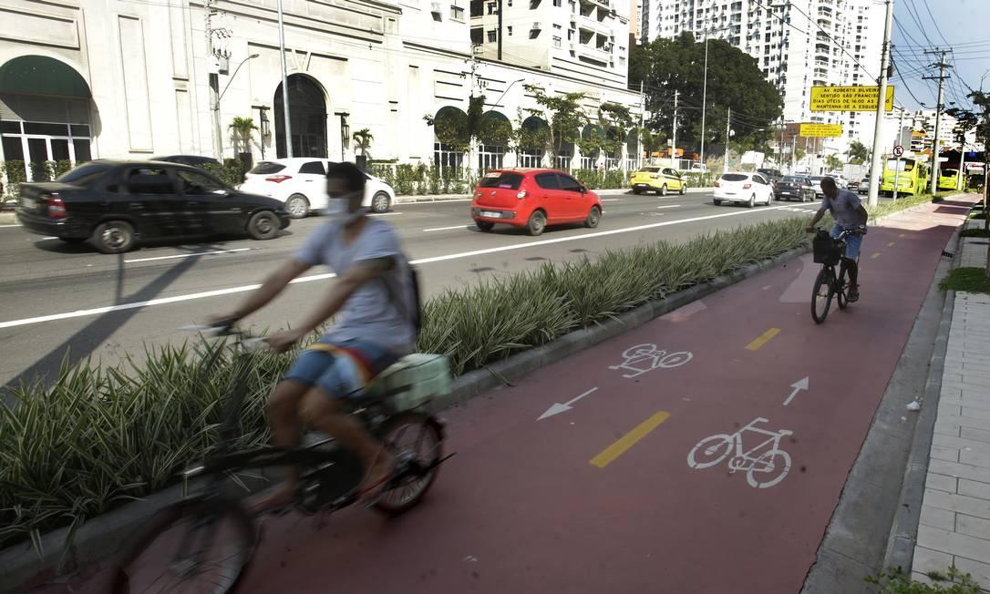 Segurança. Ciclistas trafegam pela ciclovia da Marquês do Paraná, inaugurada em junho ligando o Centro a Icaraí Foto: ANTONIO SCORZA / Antonio Scorza