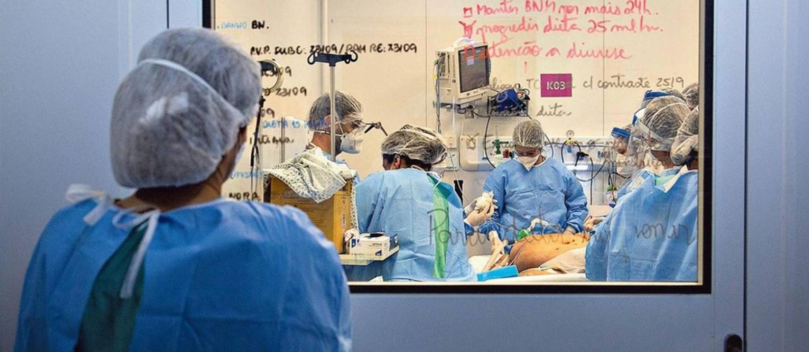 O Centro Hospitalar Covid-19 foi erguido em sete semanas e inaugurado em maio para receber doentes graves; nas portas e janelas internas de vidro estão listados detalhes sobre o quadro clínico de cada paciente Foto: Gabriel Monteiro