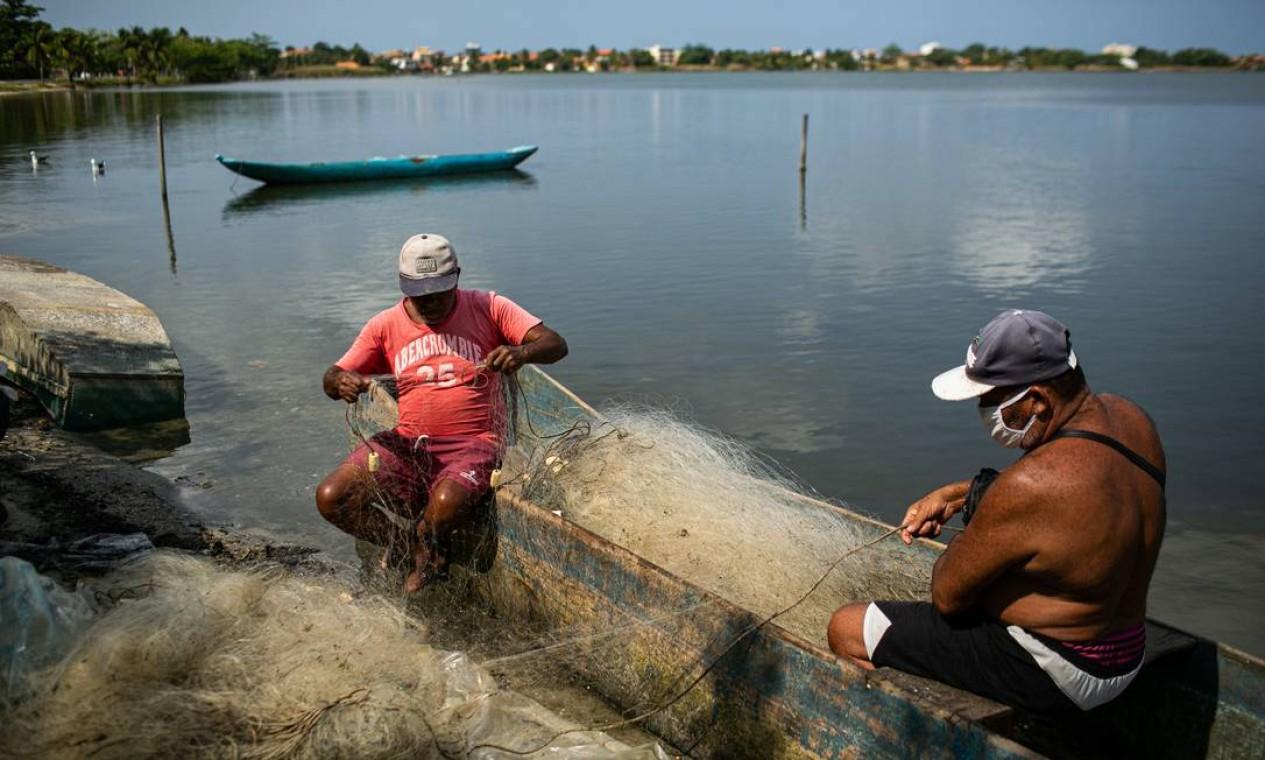 Pescadores de Saquarema, Região dos Lagos, no Rio, acreditam que recursos dos royalties podem beneficiar a atividade, com verbas para o desassoreamento da laguna da cidade Foto: Hermes de Paula / Agência O Globo