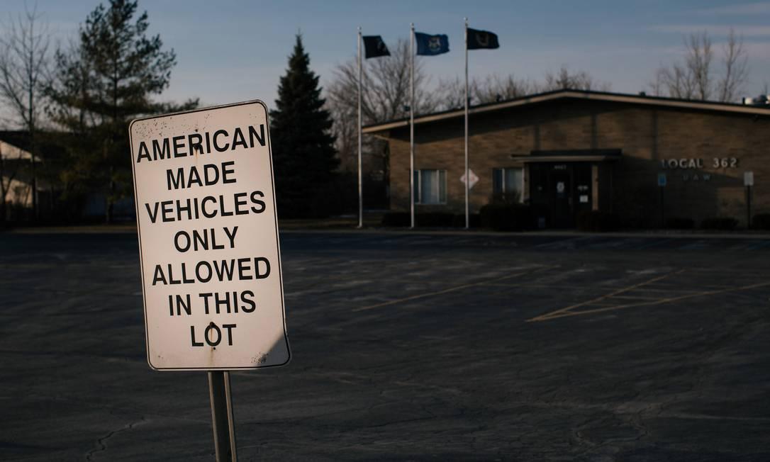 No estacionamento da seção em Bay City, Michigan, do sindicato dos Trabalhadores Automotivos Unidos, a placa avisa que só carros fabricados nos EUAsão permitidos Foto: ALYSSA SCHUKAR / NYT / 1-3-2020