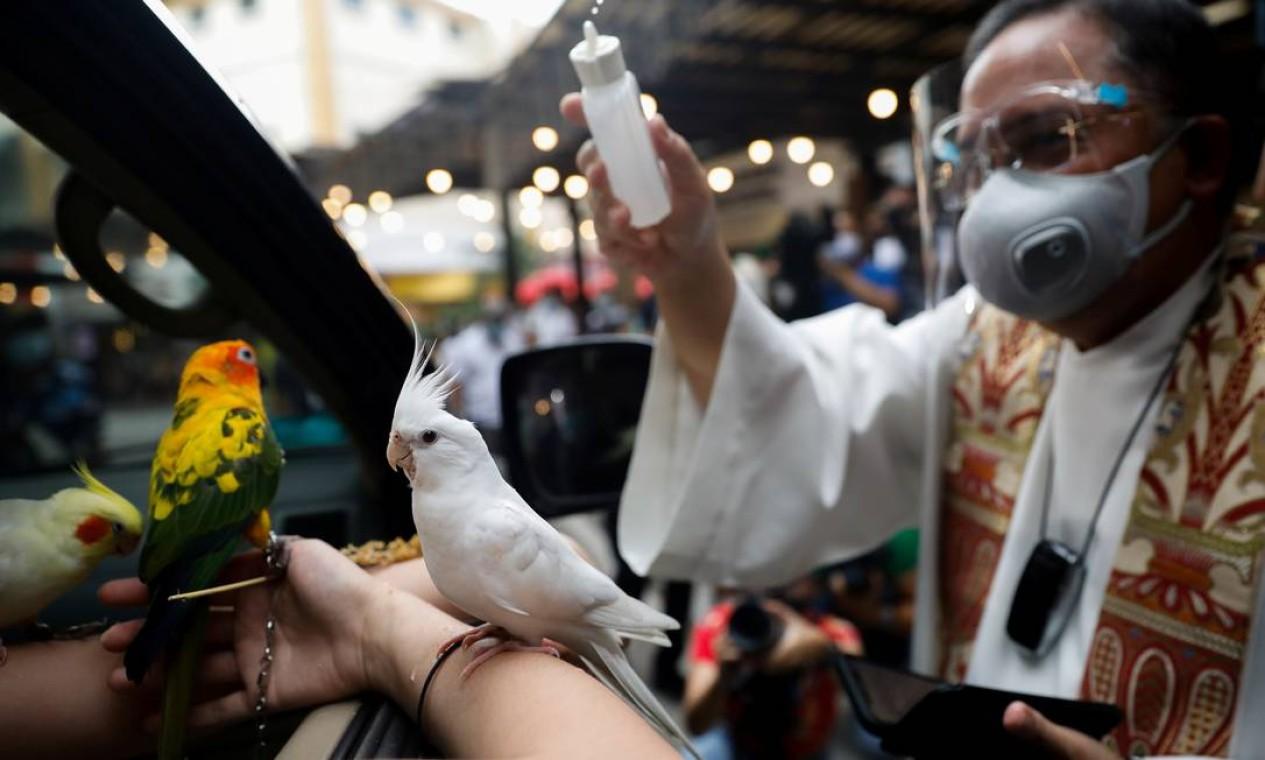 Pássaros de diferentes espécies também aproveitaram a data especial para serem abençoados por um padre durante a cerimônia Foto: ELOISA LOPEZ / REUTERS